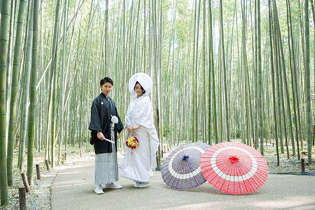 嵯峨野の竹林と新郎新婦