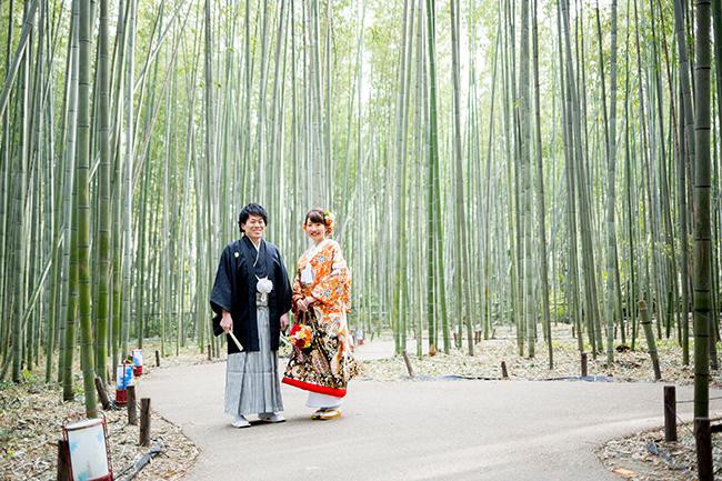 竹林で笑顔いっぱいの新郎新婦さま