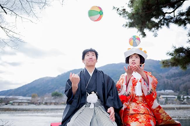 紙風船で遊ぶお二人を撮影
