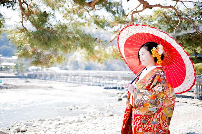 渡月橋と和傘と松