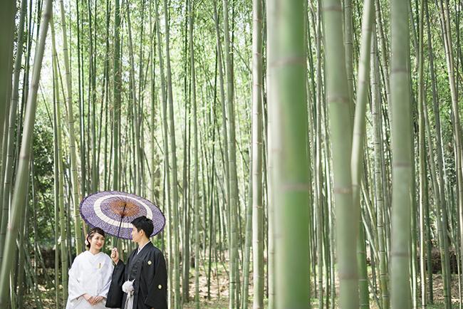 竹林の小径を歩くお二人
