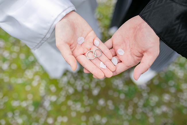 桜の花びらと結婚指輪