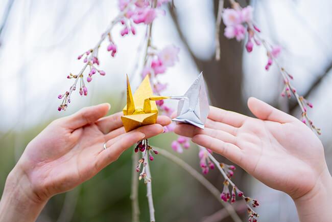 和装前撮りアイテムの金と銀の折り鶴